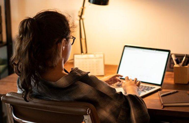 Η πανδημία «εκτόξευσε» την κίνηση στο Διαδίκτυο κατά 50%-70%