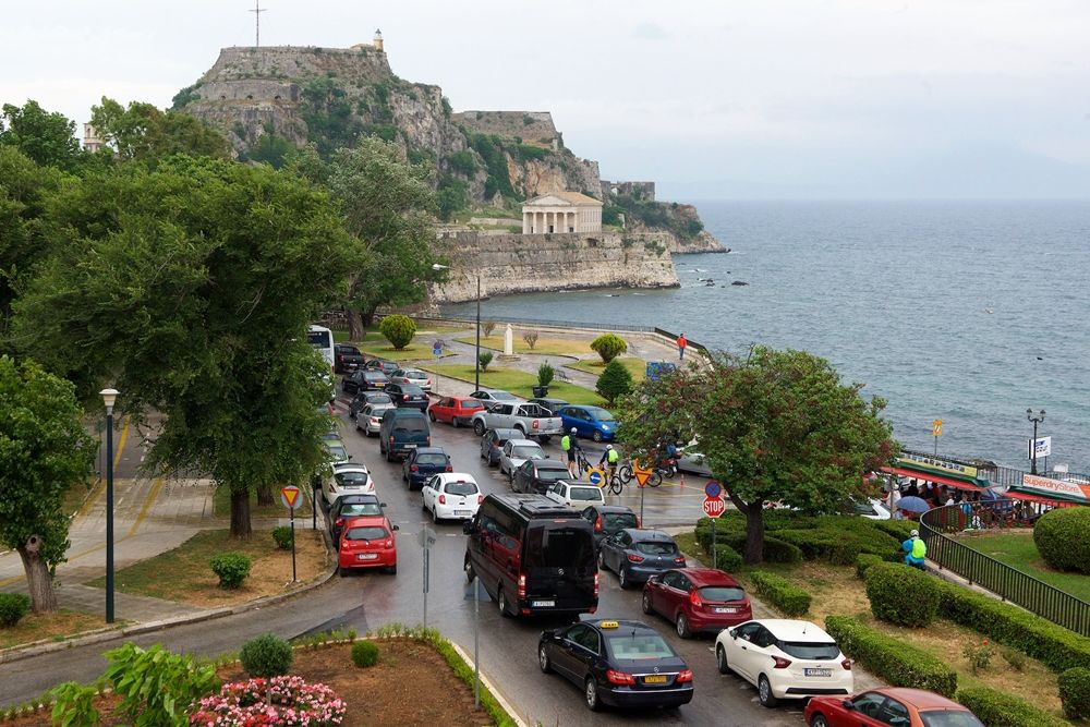 San Giacomo: Lack of regulations is leading to an ΄overtourism΄ situation on Corfu Town roads