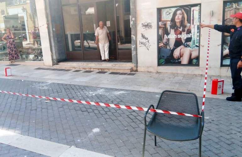 Έπεσαν σοβάδες από πολυκατοικία δίπλα στο Εργατικό Κέντρο Κέρκυρας